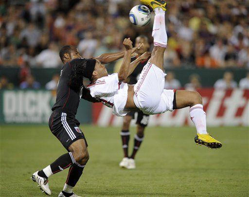 ronaldinho  playing soccer | DC United defeats Ronaldinho and AC Milan 3-2 in international ...