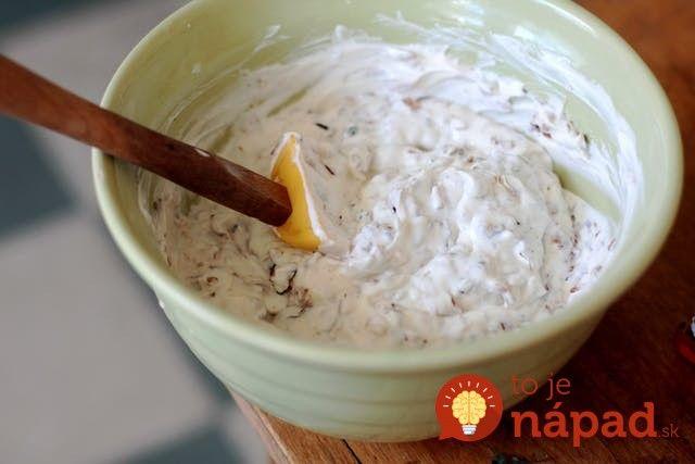 Namiesto majonézy alebo tatárskej omáčky vyskúšajte túto skvelú francúzsku omáčku z jogurtu, cibuľky a tymianu. Je ľahká, rýchla a neskutočne chutná! Potrebujeme: ¼ šálky olivového, repkového alebo ryžového oleja (cca 50 ml) 4 stredne veľké cibule nasekané nadrobno 1
