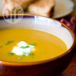 Deze medley van herfstgroenten (prei, aardappel, wortel, appel en pompoen) vormen een heerlijke soep. Serveer dit met knapperig brood en een salade, en je hebt een complete maaltijd!