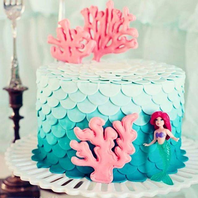 #mulpix Que tal esse bolo de Pequena Sereia?! Ah gente, fofo demais! (Já tô aqui pensando no meu próximo aniversário. Que não ama a Ariel?❣❣) Percebam que é um trabalho simples de pasta americana, da até para arriscar fazer em casa!   Imagem:@cozinhadamaria   #disney  #princesa  #princess  #ariel  #disneyland  #pequenasereia  #littlemarmaid  #disneylover  #bolodecorado  #pastaamericana  #cakeboss  #cakedecorating  #cakelover  #fashioncake  #bday  #birthdaycake  #aniversario  #chadebebe  #cha