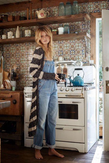 Un look de week-end avec une salopette en jean et un gilet en maille