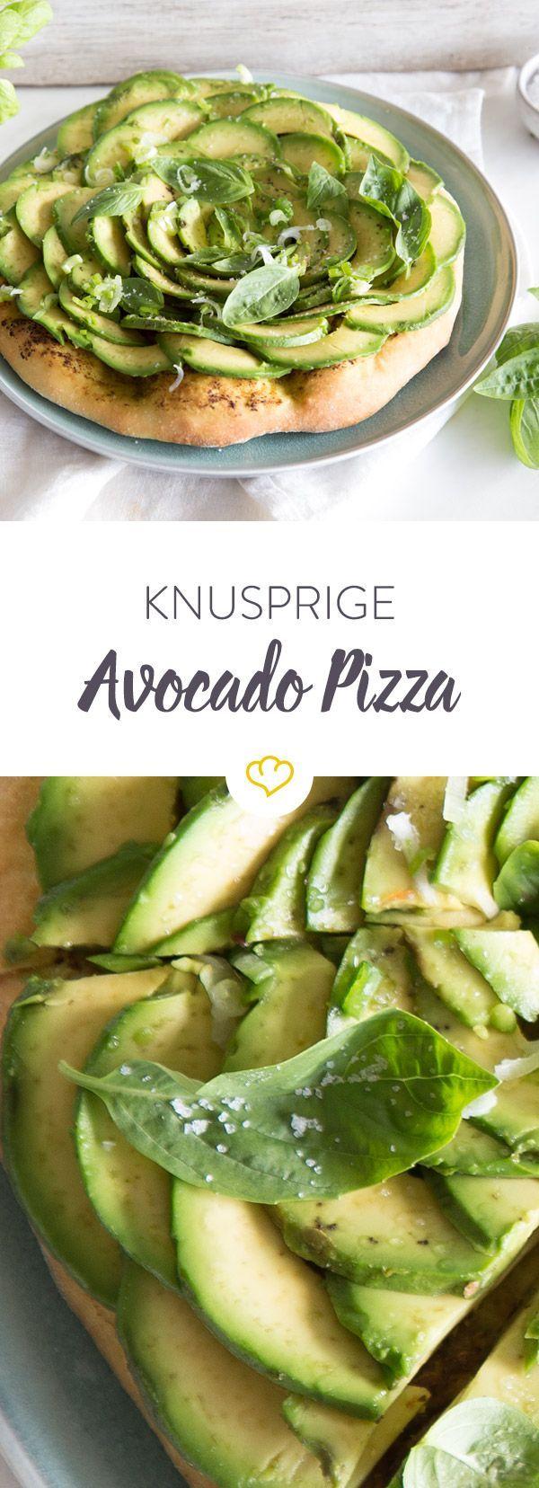 Das beste Duo seit Tomate und Mozzarella? Grünes Pesto und Avocado! Aber nicht im Salat oder in deiner Pasta, sondern auf knusprigem Pizzaboden.