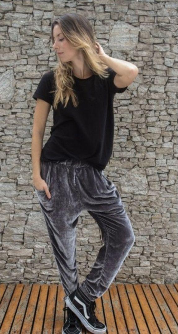 Look com calça cinza de veludo, tênis old school vans preto e blusinha básica preta para o dia a dia