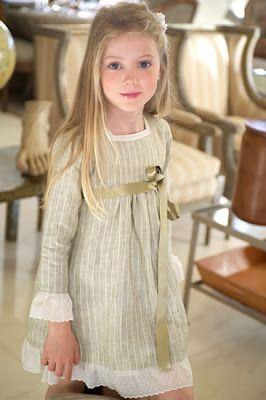 Convertir esta pieza en abriguito de lino sobre el vestido. Teresa y Leticia Colección Verano 2012