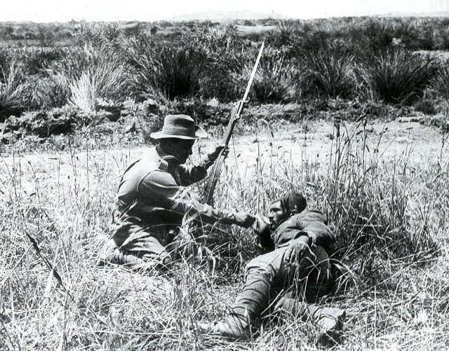Tarih bu savaşı unutmayacak... İngiliz, Anzak ve Fransızların taaruzlarını püskürten Türk ordusu Çanakkale'de destan yazdı. Binlerce askerimiz şehit oldu. Tarihe centilmenler savaşı olarak geçen Çanakkale Zaferi'nin 102. yılı yurdun dört bir yanında törenlerle kutlandı. İşte Depo Photos arşivinden savaşın detayında kalan tarihi kareler... Bu karede bir Anzak askeri yaralı Türk askerine su veriyor.