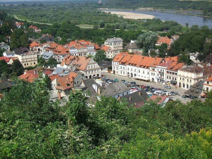 Казимеж-Дольны, Польша  Казимеж-Дольны считается одним из самых красивых польских городов. Он уже более двухсот лет привлекает толпы туристов и художников, особенно в летний период. Импровизированные художественные галереи здесь находятся практически на каждой улице, и любой из экспонатов можно не только осмотреть, но и купить. Также в городе много исторических зданий, а за городом туристов ждут великолепные сельские виды и живописные руины.