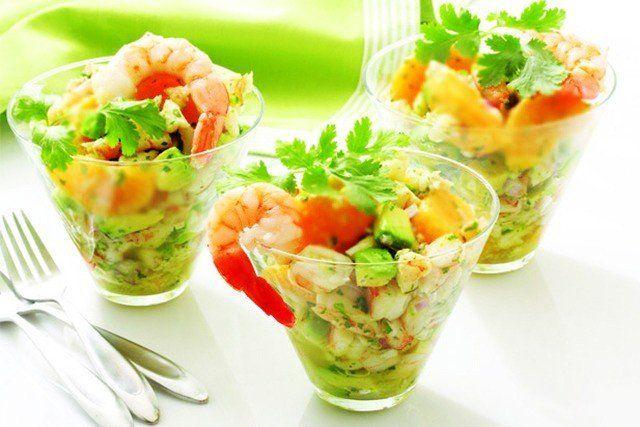 Зеленый салат с креветками и хурмой