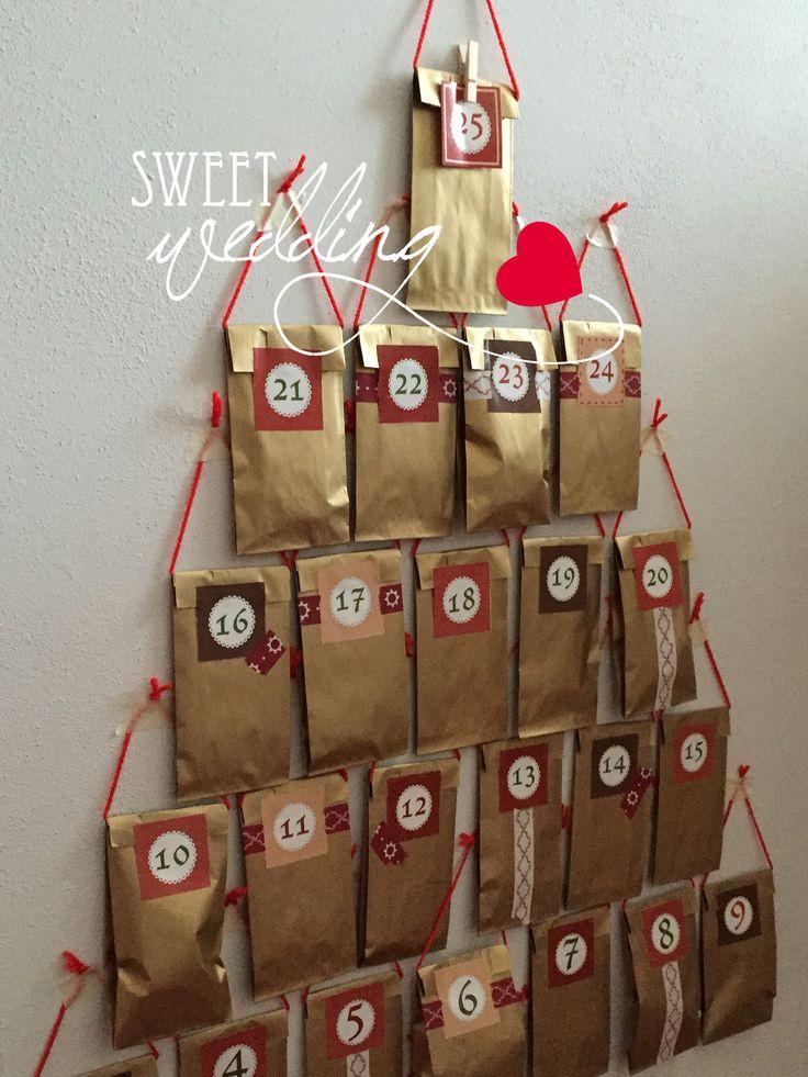 Calendario dell'avvento a forma di albero di natale, dentro ad ogni bustina c'è un pensiero legato al periodo natalizio.