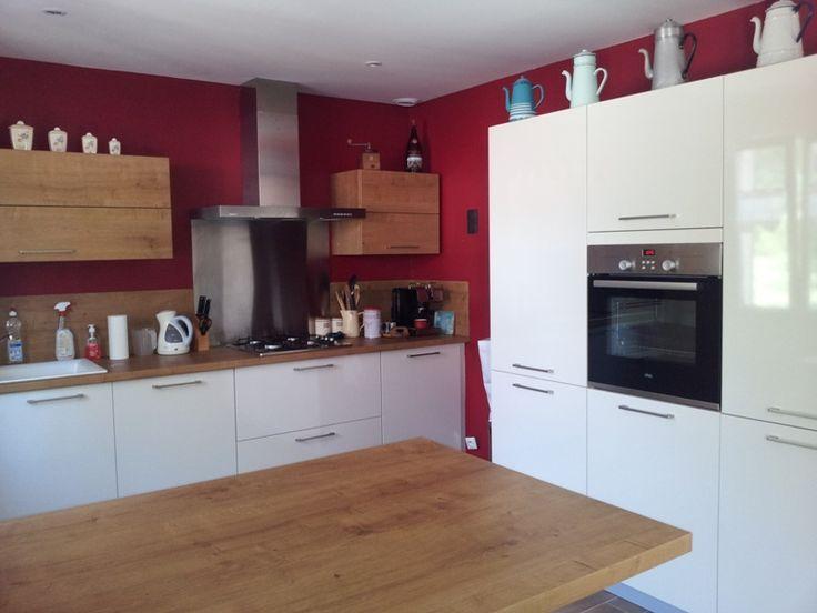 couleur framboise pour mettre un peu de peps dans cette cuisine  je n u0026 39 aurais pas mis de bois sur