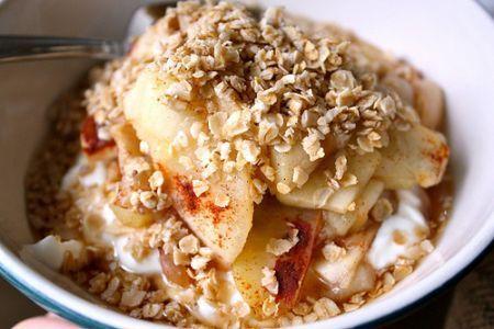 O idee de mic dejun sanatos pe care vi-l propunem poate fi cel cu mere si fulgi de ovaz. Ovazul este un excelent energizant, prielnic mai ales in perioadele in care vremea este rece si umeda.