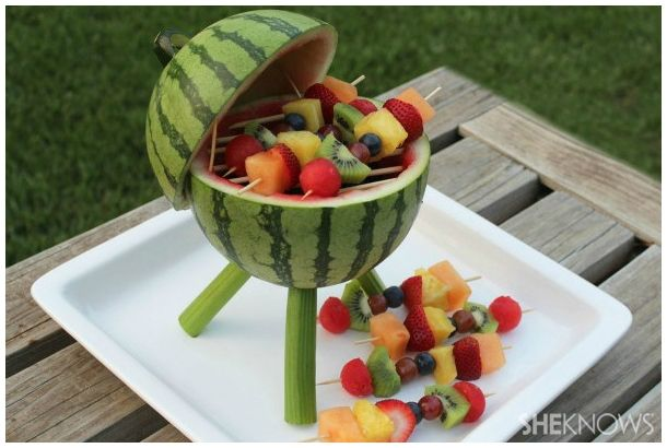 グリルしたスイカではなくて、スイカなグリル。 スイカ本体がまるでバーベキューグリル、デザートなのに主役級の存在感を示す「Watermelon Grill with Fruit Kabobs」を夏の思い出にいかがでしょうか。 作り方は意外と簡単。 まず「脚」を刺す穴をくり抜きます。 くり抜いた穴を下側にして、上5分の3く...