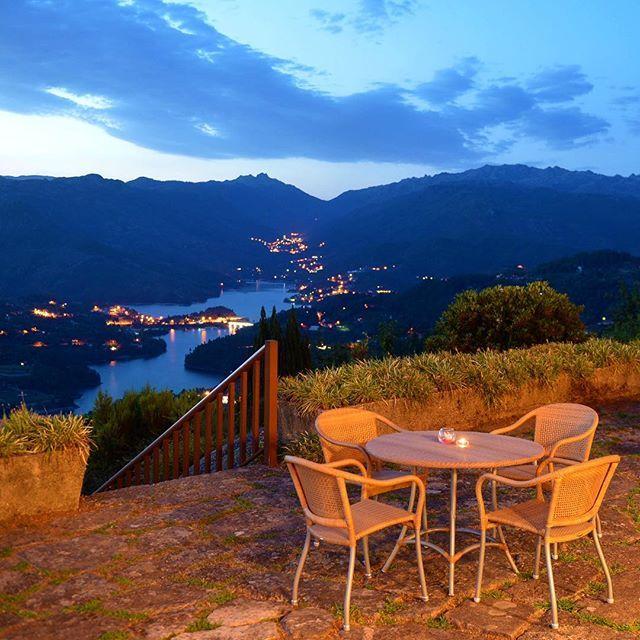 Há algo perfeito quando anoitece! | There is something perfect when night falls! 😍  #P #PousadasDePortugal #PousadasByNight #PousadaGeres #Geres #Portugal #Night #Vista #View #River #TheTimeOfYourLife #Hotel #Travel | www.pousadas.pt