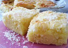 Rezept hoher Kokoskuchen vom Blech: In den Boden kommt Kokosmilch, die knusprige Haube besteht aus Kokosflocken, Zucker, Butter und einem Guss. Super lecker!
