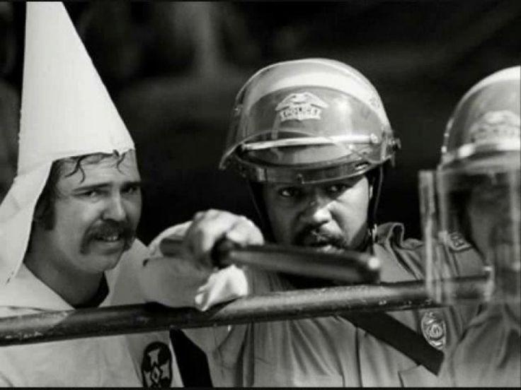 Un policier noir protège un membre du Ku Klux Klan, 1983