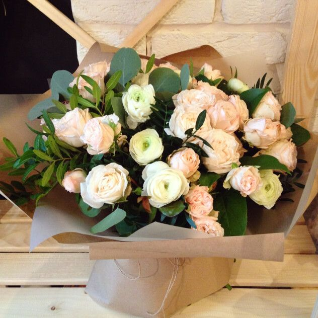 Кустовая роза Бомбастик — 10 шт., Ранункулус — 7 шт., Писташ, Эвкалипт, Салал, Упаковка крафт