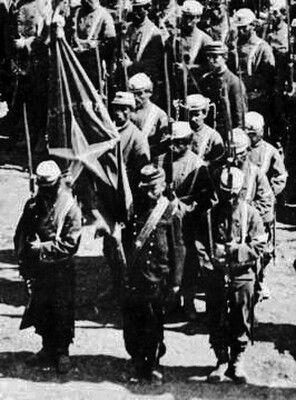 Entrega del estandarte perdido en la Batalla de Tarapacá y recuperado tras la Batalla de Tacna. El regimiento 2º de Línea, antecesor del regimiento Maipo de Valparaíso, fotografiado en Lurín el 11 de enero de 1881 antes de las batallas de Chorrillos y Miraflores