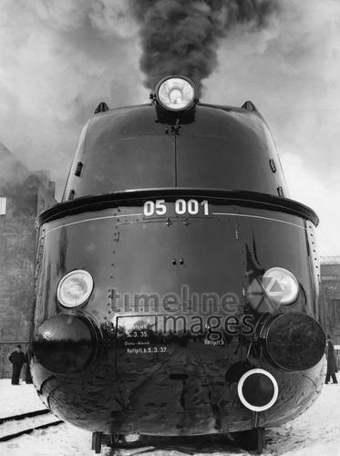 Stromlinien-Lokomotiven: vor 1945 Stromlinienlokomotive, Deutschland, 1935 Timeline Classics/Timeline Images #Eisenbahn #Zug #Züge #Bahn #Schienen #Train #Railroad #Railway #Transport #Technologie #Stromlinienzug #Innovation #Modern #Schnellzuglokomotive