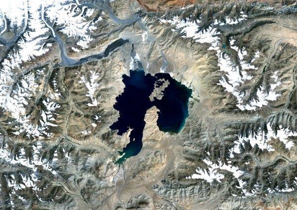 Kara - Kul , Τατζικιστάν:Πριν 25 εκατομμύρια χρόνια μία πρόσκρουση δημιούργησε αυτήν την λίμνη με διάμετρο 52 χιλιόμετρα. Βρίσκεται στα βο...