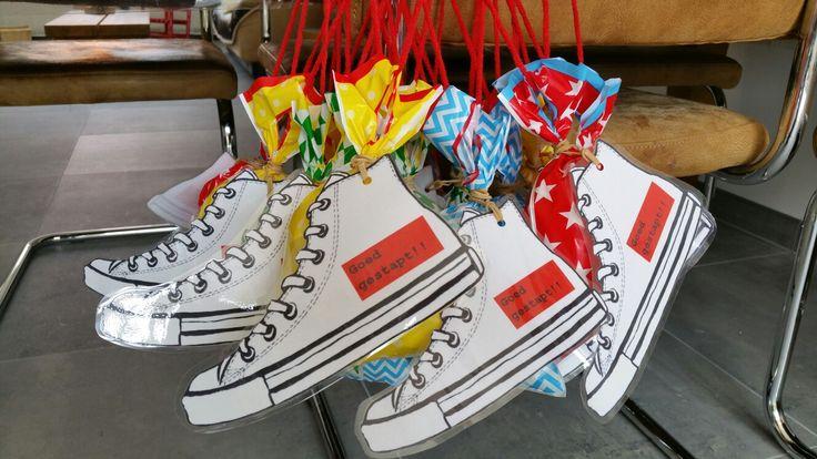 Traktatie Avond4daagse, zakjes van AH, zoute popcorn, illustratie schoen bewerkt met tekst en gelamineerd. Hopelijk een succes!