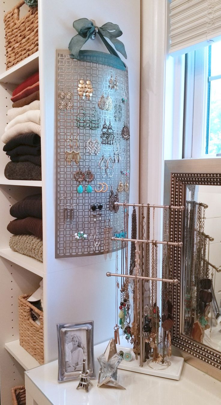Super easy jewelry holder--I especially love the ribbon hanger!