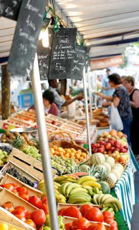 Foodie's guide to Paris - delicious guide on where to find breakfast on the go, various outdoor markets, snacks, and evening restaurants