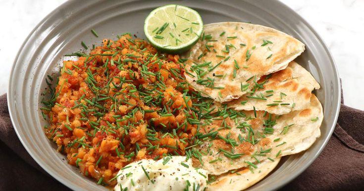Smörig linsgryta med ingefära, tomat och garam masala. Serveras med gräslök, smörstekt tortillabröd och lime.
