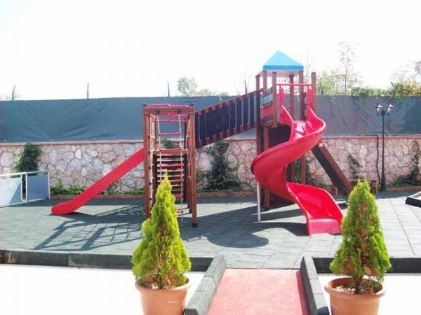 Domek dla dzieci ze zjeżdżalnią Twister w ogródku piwnym