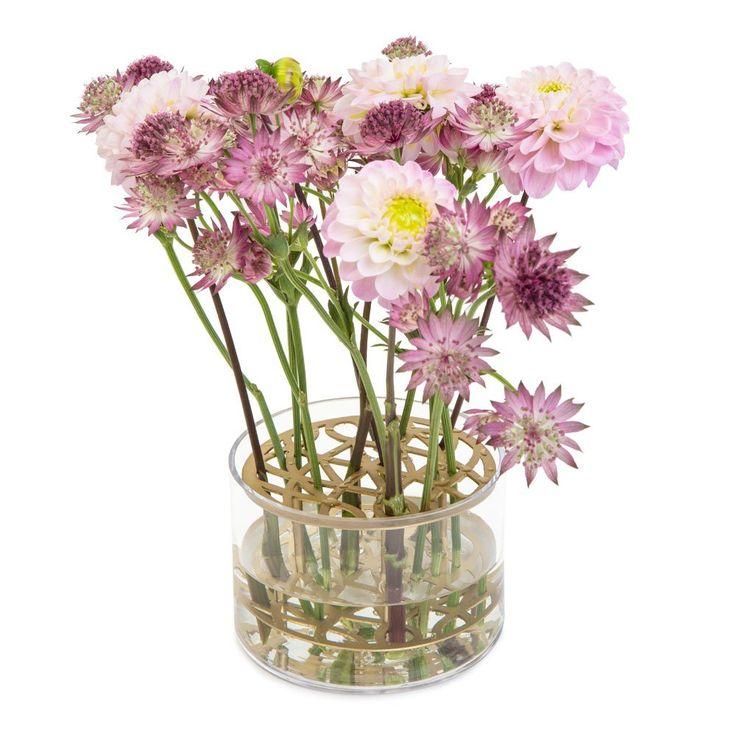Äng, vas i handskuren metall och handblåst glas från Klong, formgiven avEva Schildt. Den sirligt utskurna gallret fungerar som blomsterstöd. Placera ut blommorna efter eget tycke och smak och skapa din egen sommaräng.Skötselråd mässing: Mässingen är lackerad för att klara av att vara i vatten men tänk på att torka bort växtsaft från mässingsytan. Har det hunnit bli fläckar som trängt sig in i lacken är det bäst att först använda lacknafta eller tinner (för att ta bort lacken) och sedan…
