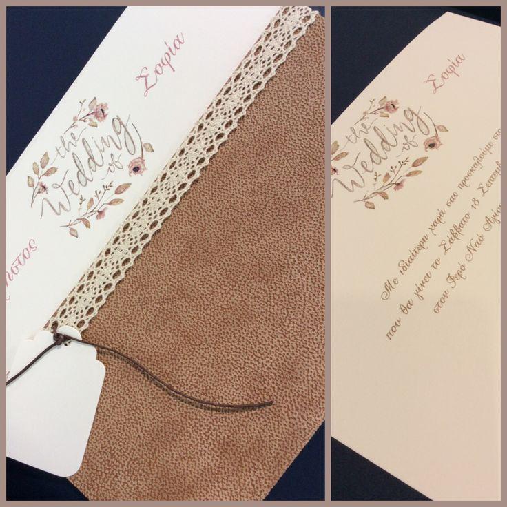 Προσκλητήριο με δερμάτινο φάκελο δεμένο με κορδελα απο βελονάκι www.istoriesgamou.gr