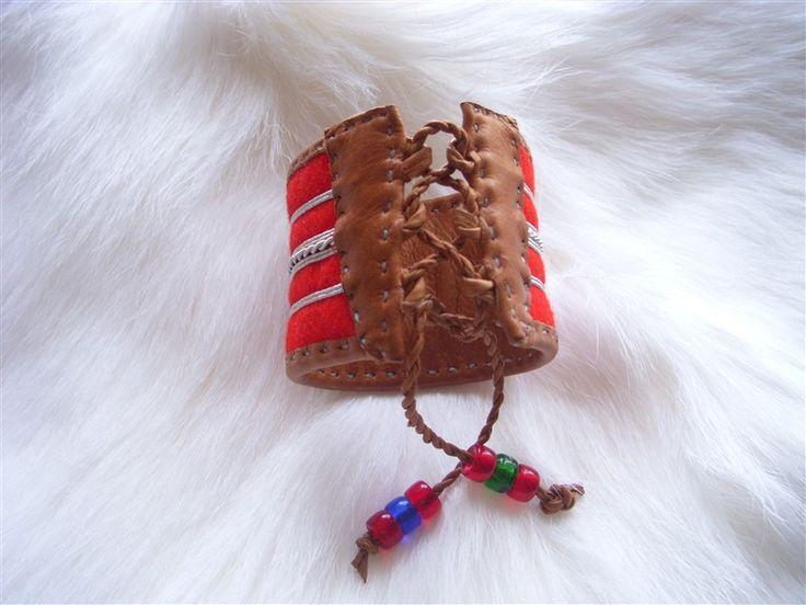 I det traditonella hantverket görs varje föremål från grunden och med urgamla tekniker. Skinnen är tex handgarvade, en teknik som är helt i samklang m...