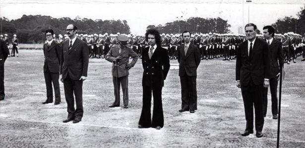 O cantor e compositor Roberto Carlos é agraciado com a Medalha do Pacificador.