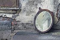 Wat zie jij als je naar me kijkt?   Als ik in de spiegel kijk zie ik mezelf zoals anderen me zien.     Eigenlijk zie je maar een heel klein stukje van me. Je ziet alleen mijn buitenkant. Mijn gezicht met blonde haren, mijn donkerblauwe winterjas, mijn makkelijke spijkerbroek en lekkere warme laarzen eronder. Zo zie jij mij.   En eigenlijk is het wel bijzonder dat je je in de meeste gevallen meteen een mening vormt op grond van hoe ik er uit zie.     Maar weet je, ik ben nog zoveel meer. Er…