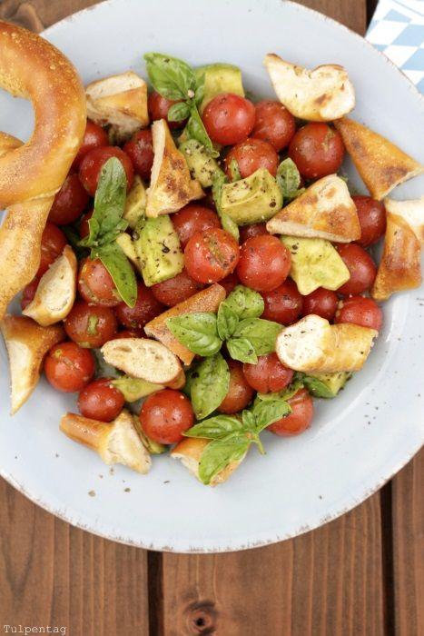 Brezel-Salat mit Tomaten, Avocado und Kürbiskernöl #brezelsalat #vegetarisch…
