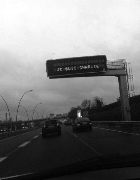 Dès l'annonce de l'attentat qui a frappé mardi 7 janvier la rédaction du journal satirique « Charlie Hebdo », les internautes ont tenu à partager leur tristesse, leur indignation mais également leur soutien. Parmi les millions de messages publiés sur Twitter, en voici 11 qui nous ont particulièrement marqués. http://www.elle.fr/Societe/News/Charlie-Hebdo-les-messages-emouvants-des-internautes-francais-2875038