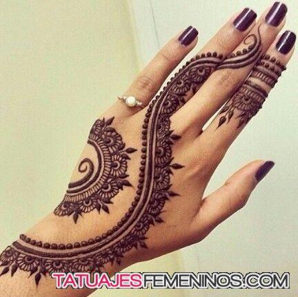 Una de las tradiciones más bellas y más antiguas de la India es la práctica del mehndi. Este tatuaje que, con fines rituales, suele hacerse en henna es tomado por los amantes de la tinta para dejar…