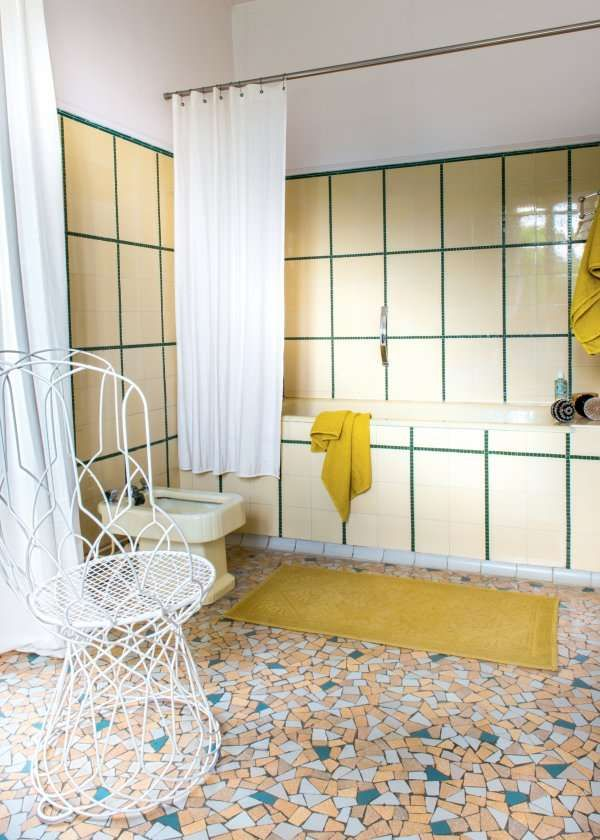 Un jaune pâle apaisant dans une salle de bains pour créer une ambiance zen propice à la détente très années 40.