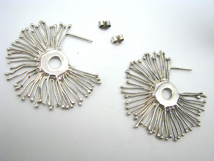 ARRACADES XACAI :: Arracades model Xacai en plata acabat rodi, formant uns raigs de sol que surten del centre, amb tanca a pressió. Precioses vistes a 360º per a noies amb cabell curt .
