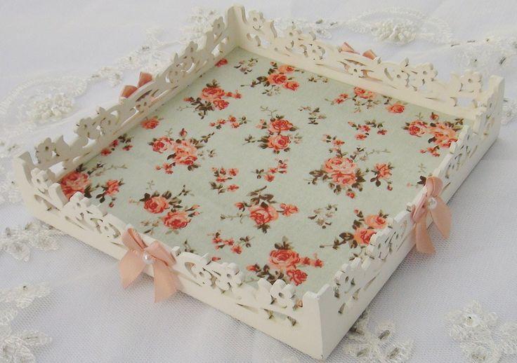 Bandeja em MDF pintada com tinta PVA revestida ao fundo com tecido 100% algodão. Peça envernizada e impermeabilizada. Detalhes e laços com chatons pérola.