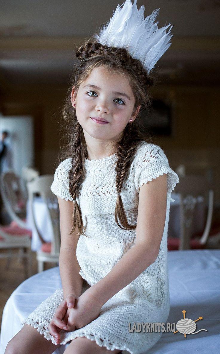 Вязаное спицами красивое платье для девочки от 2 до 10 лет