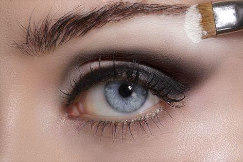 Συμβουλή Ομορφιάς!!  Ο τονισμός είναι πολύ σημαντικός όταν θέλετε να δημιουργήσετε ένα φυσικό, όμορφο μακιγιάζ ματιών. Τα πιο ανοιχτά χρώματα (λευκό, κρεμώδες και περλέ) θα πρέπει να εφαρμόζεται στις εσωτερικές γωνίες, στο μεσαίο μέρος των ματιών και κάτω από το φρύδι σας. Εφαρμόστε τα πιο ανοιχτά χρώματα πρώτα και μετά εφαρμόστε τις πιο σκούρες αποχρώσεις.  Εδώ θα βρείτε περισσότερα προϊόντα μακιγιάζ: http://gr.strawberrynet.com/makeup/  #strawberrynet #freshbeauty #makeuptip