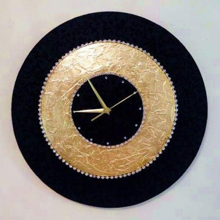 Φ.45CM Διακοσμητικό χειροποίητο ρολόι τοίχου με ύφασμα μαύρο μποκαρ ανάγλυφο floral, φύλλο χρυσού, κρύσταλλα ASFOYR σε μεταλλική αλυσίδα, μεταλλικούs δείκτεs και αθόρυβο μηχανισμό. Διάμετρος 45cm