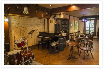 Okayama Kurashiki|岡山(おかやま) 倉敷(くらしき)|倉敷美観地区|本町通り/ジャズ喫茶|個性的なショップが軒を連ね、大人の散策にぴったりの本町通り。ここには県内外の愛好家に人気のジャズ喫茶があります。週末には昼と夜の2回ライブが行われる日もあるので、ホームページなどをチェックして出かけましょう。