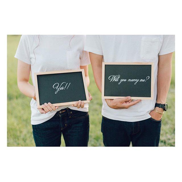 エンゲージメントフォト✩︎⡱ 友達と作ったプロポーズポスター⑅︎◡̈︎* . 黒画用紙にポスカで書いて、黒板風に・*:.。. #エンゲージメントフォト #前撮りアイテム #プレ花嫁 #結婚式準備 #熊本花嫁 #結婚式diy