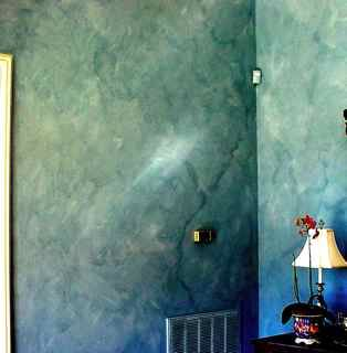 I'm not usually a huge fan of faux finishes, but I am in LOVE with this wall.