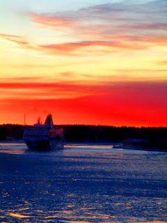Satu Ylävaaran valokuvia: Ja laiva kulkee kohti auringonlaskua