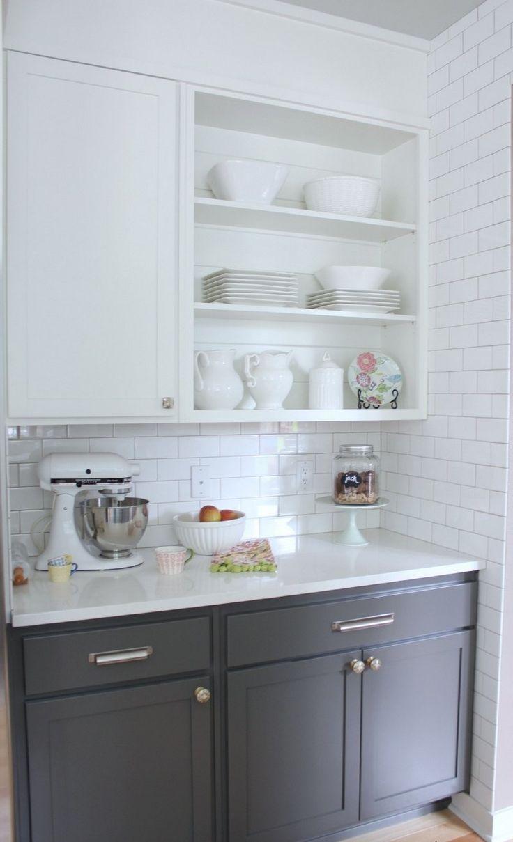 cuisine blanche avec carrelage métro blanc et armoire basse anthracite