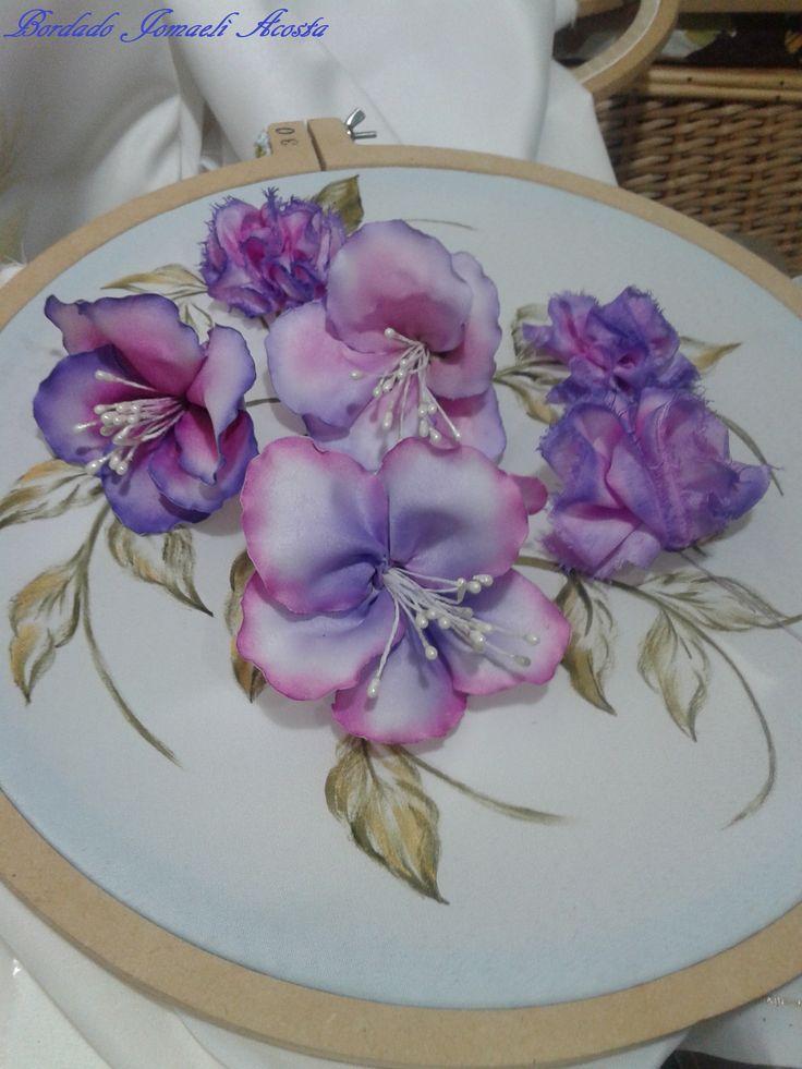 Flores armadas en tela de raso teñida: pintura textil