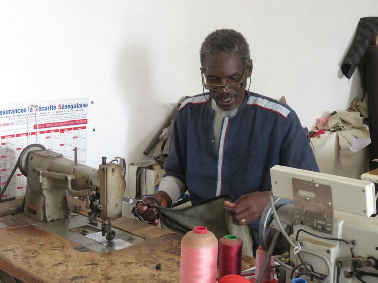 Le créateur Mbor Ndiaye à sa table de travail dans l'Atelier Mis Wude à Dakar.