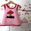 Was für ein süßes Kleidchen mit meinem Lieblings-Motiv: Der Fliegenpilz! **Ihr Kind kann es lange gern haben!** Das bequeme Hängerchen passt in der Größe 86 als Kleidchen/Tunika und sieht mit...