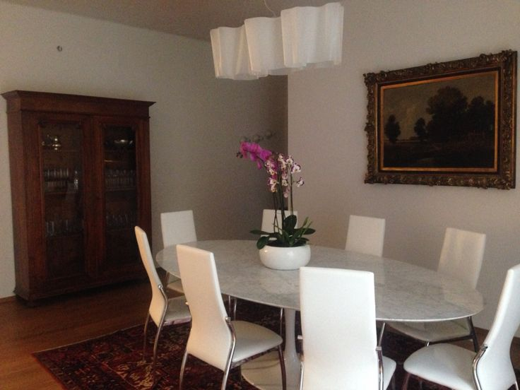 Sala da pranzo antico e moderno tavolo vintage knoll international sospensione artemide vetrina antica originale orchidee